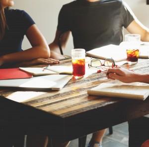 Fortbildung - Menschen am Tisch